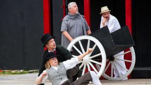 Phileas Fogg och Jean Passepartout på scen