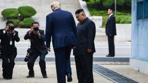 Donald Trump tar det historiska steget in i Nordkorea.