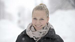 Anu Nieminen ler i snön.