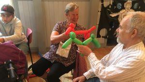 seniorerna Anna-Lisa Schubalow och Lasse Holmberg visar upp sina hundballonger.