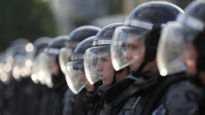 Kravallpoliser i full mundering på rad.