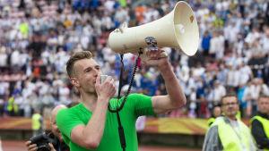 Lukas Hradecky talar i en megafon.