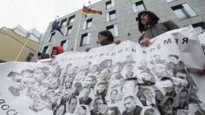 Ukrainare demonstrerar mot bveslutet att tillåta att Ryssland återvänder till Europarådets parlamentariska församling.