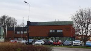 En röd tegelbyggnad i Ingå där det finns bibliotek och kommunhus.
