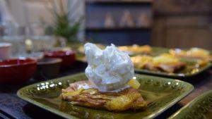 Annos crêpes Suzettes mandariinikastikkeella lautasella