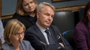 Pekka Haavisto på ministerbänken under riksdagens frågetimme. På hans högra sida Anna-Maja Henriksson.