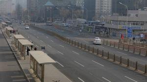 Gatorna i huvudstaden Peking är ovanligt tomma eftersom staden i likhet med många andra har infört stränga restriktioner i kollektivtrafiken under nyårshelgen
