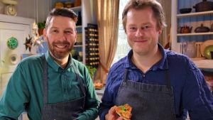Strömsön juontaja vieraan kanssa keittiössä.