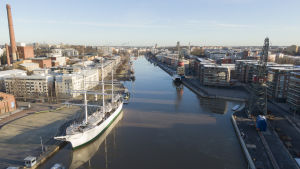 båten suomen joutsen syns tillsammans med aura å och delar av åbo stad.