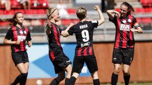 PK-35 Vandas spelare firar 3–0-målet med coronaviruset i åtanke.