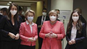 Belgiens premiärminister Sophie Wilmes, Europeiska kommissionens ordförande Ursula von Der Leyen, Tysklands förbundskansler Angela Merkel och statsminister Sanna Marin på EU-toppmöte.