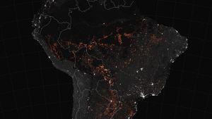Satellitbild över Brasilien. Regnskog som brinner ses i orange.