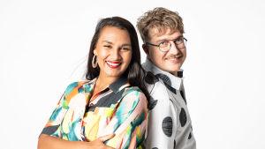 Susani Mahadura ja Olli-Pekka kursi nojaavat toisiinsa ja hymyilevät kameral..e