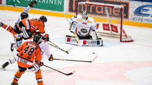 Joel Blomqvist räddar ett skott mot HPK.