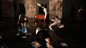 Skådespelare mitt i en kaotisk scen av pjäsen Svält.