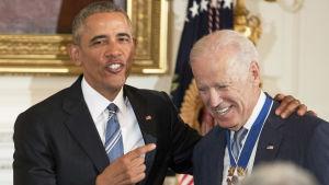 Joe Biden tar emot presidentens frihetsmedalj av president Barack Obama.