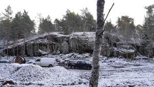 En parkering vid ett högt berg. Där ska de som hyr fritidsbostäder i Bergvalla lämna sina bilar.