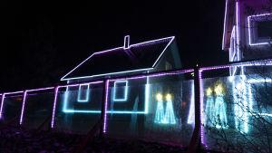 Hus med färggranna led-ljus.