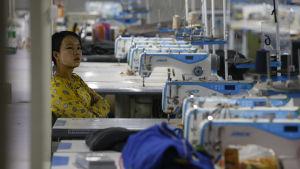 En sömmerska i en klädfabrik i Myanmar.