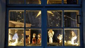 Juldekorationer i ett fönster