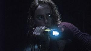 Haley spejar omkring i mörkret med en ficklampa.