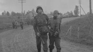 Vetäytymistä Kivennavalle 11. kesäkuuta 1944. Haavoittuneita tulee omin voimin ja talutettuna.