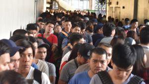 Långa köer till metrostationen i Manila