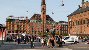 Vy över Rådhuspladsen i Köpenhamn med många mänskor på torget.