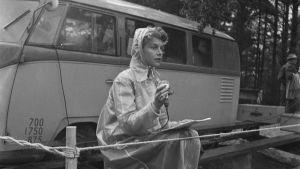 Nuori Yleisradion toimittaja Saara Palmgren kentällä tekemässä radioreportaasia vuonna 1954