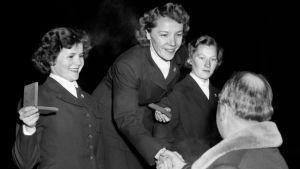 Lydia Wideman, Mirja Hietamies och Siiri Rantanen på prispallen i OS-1952 i Oslo.