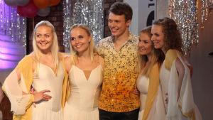 Jimi Aro Voimalan 100-vuotisjuhlissa yhdessä tanssityttöjen kanssa
