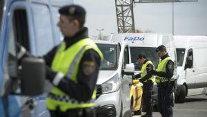 Österrikiska poliser kontrollerar bilar vid gränsen till Ungern i jakt på illegala invandrare 25.4.2016