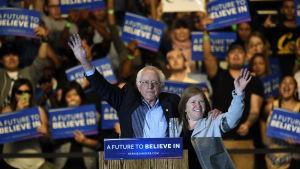 Den demokratiska presidentkandidaten Bernie Sanders med sin fru Jane Sanders under ett valmöte i Californien där han anses ha rimliga chanser att vinna primärvalet den 7 juni