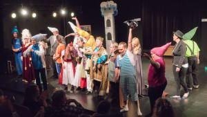 Teater Magnitude med pjäsen Snövit på Tryckis scen i Karis.