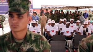 Demobiliserade medlemmar av ELN-gerillan överlämnar sina vapen vid en ceremoni i Buenaventure 18.10.2016