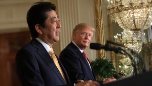 Japans premiärminister Shinzo Abe var på besök hos Donald Trump i USA då de nåddes av beskedet om Nordkoreas första missiltest sedan Trump tillträdde presidentposten