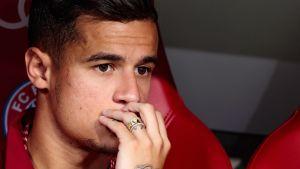 Coutinho ser sammanbiten ut med handen framför munnen.