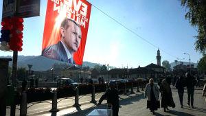 Bild av Turkiets president Recep Tayyip Erdogan i Novi Pazar.