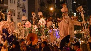 Halloween-paraden i Greenwich Village var lika populär som vanligt. Den brukar locka omkring 60 000 utklädda deltagare.