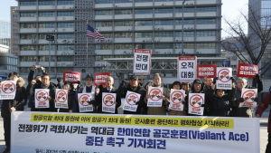 Sydkoreanska demonstranter protesterar mot militärövningen utanför USA:s ambassad i Seoul 4.12.2017.