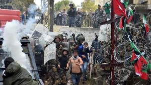 Polis i Beirut jagar demonstranter ifrån ett taggtrådshinder utanför USA:s ambassad.