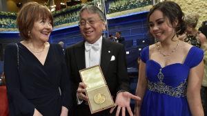 Nobelpristagaren Kazuo Ishiguro med sin hustru Lorna MacDougall och dotter Naomi Ishiguro poserar med Nobelpriset.