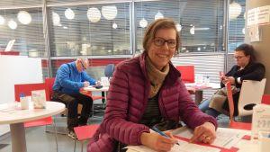 Marit Seppäläinen donerar blod och fyller i blanketter för att uppdatera sina uppgifter.