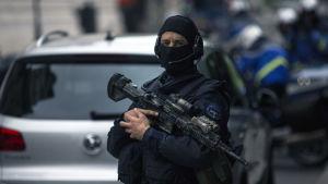 Hundratals poliser bevakar domstolsbyggnaden i Bryssel där Salah Abdeslam ställs inför rätta
