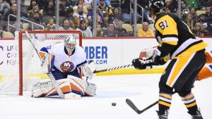 Målvakten Christopher Gibson i hetluften mot Pittsburgh i NHL.