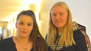 Närbild på eleverna Amelie Hyytiäinen och Cecilia Westerholm i Ekenäs högstadieskola.