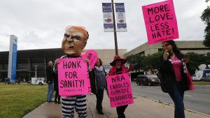 Aktivister som vill begränsa rätten att bära vapen protesterade utanför kongresscentret där NRA håller sitt årsmöte i Dallas