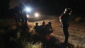 Asylsökarfamilj möter amerikanska gränsbevakare mitt i natten