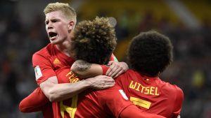 Rödklädda belgiska landslagsspelare firar seger i fotbolls-VM.