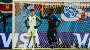 Belgiens målvakt Thibaut Courtois och Frankrikes målskytt Samuel Umtiti.
